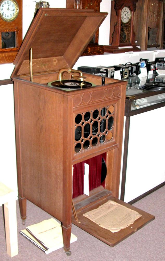 ca 1920 Edison spring-driven SHERATON floor model thick flat records player