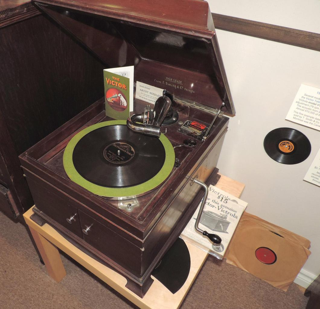 Early 1920s spring-driven Victor Canada VV IX table model 78s record player (replaceable steel needles)